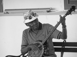 Alter Mann spielt Banjo im Casco Viejo