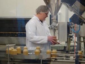 Pic´s Erdnussbutterfabrik. Julia liebt die Erdnussbutter!