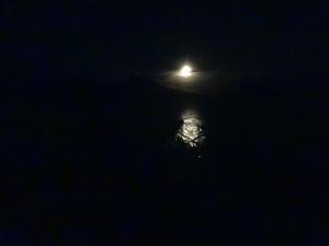 Mond bei Nacht mit Spiegelung